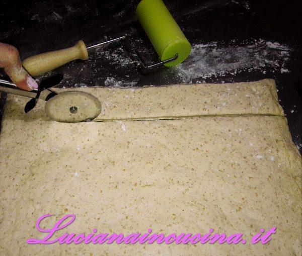 Nell'impastatrice mettere il lievito madre con un pò d'acqua e poca farina, il malto ed il miele e cominciare ad impastare aggiungendo, man mano che si incorda, tutti gli ingredienti, tenendo per ultimo il sale.