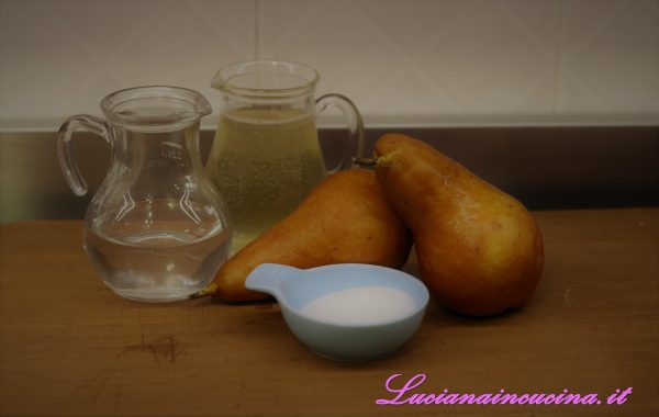 Preparare uno sciroppo facendo bollire in un pentolino il bicchiere di vino e l'acqua in cui avremo sciolto lo zucchero.