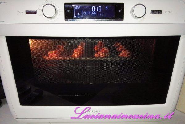 Ora arrotolare ogni striscia ottenenendo delle roselline che appoggeremo sui cartoncini per muffins. Pennellare con un filino d'olio e mettere in forno a 180°C per circa 30 - 35 minuti.