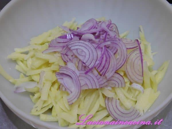 Aggiungere la cipolla tritata, sale, pepe e mescolare
