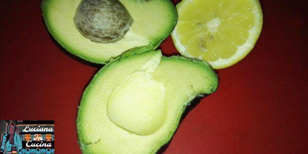Dividere l'avocado a metà, togliere il nocciolo e liberare la polpa dalla buccia, quindi ottenere degli spicchi ed irrorarlo con il succo di mezzo lime.