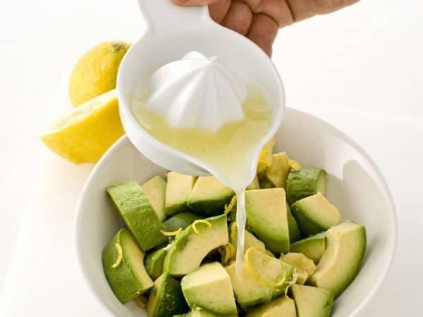 Sbucciate e tagliate a metà l'avocado, estraete il nocciolo e incidete la polpa a quadretti, poi bagnate tutto con il succo di lime e frullate con il mixer.