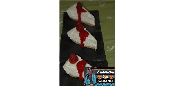Impiattate ponendo una fetta di torta nel piatto di servizio guarnendo con marmellata di lamponi e qualche frutto.