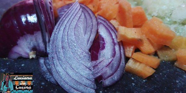 Tostate in padella con un filo d'olio evo il sedano la carota e la cipolla.