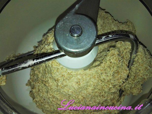 Per la PAGNOTTA CON FARINA INTEGRALE E GERME DI GRANO si procede così: Questo impasto viene fatto la sera prima. Nell'impastatrice inserire tutti gli ingredienti, lasciando per ultimi l'olio ed il sale e controllando la quantità d'acqua in base all'assorbimento delle farine.