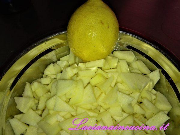 Sbucciare e tagliare a piccoli tocchetti le mele, annaffiarle con il succo di limone.
