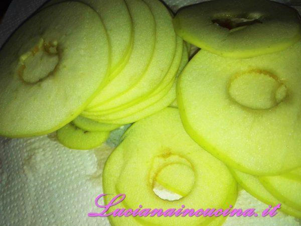 Affettare le mele e spruzzarle con il succo di limone per impedire che si ossidino.
