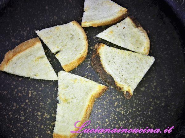 Tagliate il pane a fettine sottili, appiattitele con il matterello, appoggiatele su una pentola rovente e abbrustolitele su entrambi i lati.