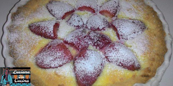Versare il composto nella frolla , adagiarvi gli spicchi di fragole e cuocere a 165°C per 40 minuti circa.