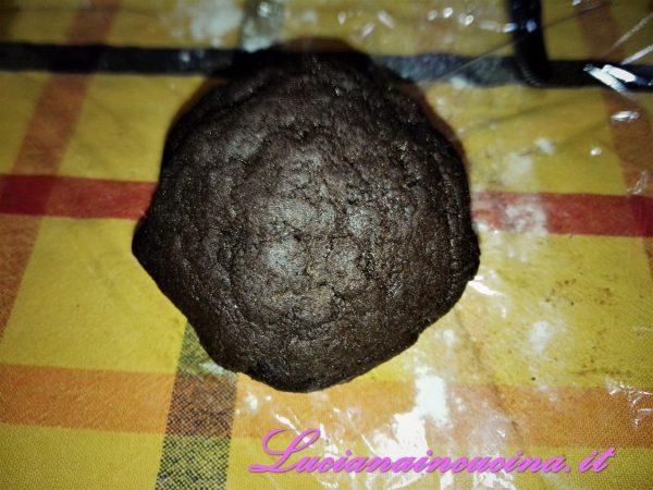 Per prima cosa preparare la pasta al cacao, impastando la farina, le uova, il cacao ed un pizzico di sale.