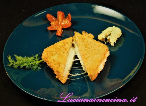 Servire la mozzarella in carrozza abbinata alla crema di piselli e, volendo, con qualche verdurina caramellata.