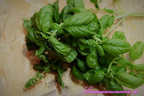 Lavare ed asciugare bene le foglie del basilico ed introdurle nel bicchiere raffreddato.
