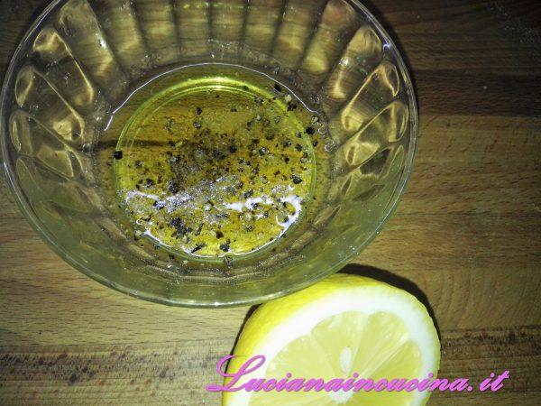 Nel frattempo preparare un'emulsione frullando l'olio extravergine, un pizzico di sale e di pepe ed il succo del limone.   Versarlo sul tonno affumicato e lasciarlo marinare.