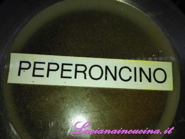 Ed infine il mezzo cucchiaino di peperoncino (o di più se piace, calcolando che in cottura il piccante verrà accentuato)