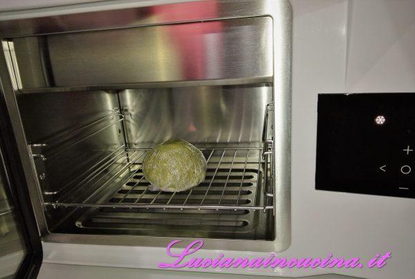 Trascorso il tempo di riposo, togliere dal frigorifero e formare delle palline di circa 10 gr. ciascuna, che andremo ad appoggiare su un foglio di carta forno. Ogni pallina dovrà poi essere leggermente appiattita con il polpastrello.