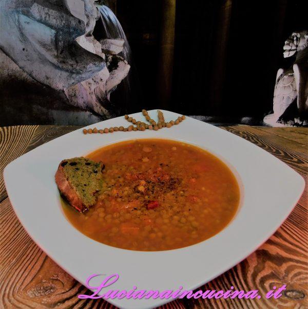 E' una zuppa salvacena, molto rapida e molto gradevole. Naturalmente se non è gradita la parte piccante, omettere il peperoncino e sostituire con la paprika dolce.