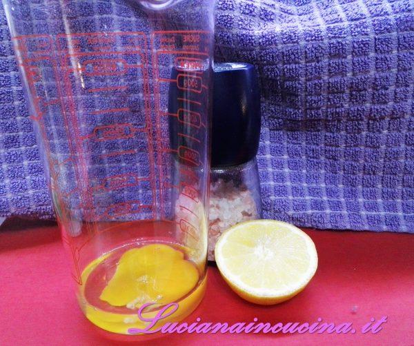 Preparare una maionese frullando un uovo intero, un pizzico di sale, il succo di mezzo limone e l'olio di semi a filo.