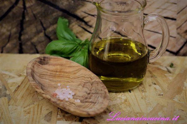 Unire l'olio abbondante e  sale e cominciare a frullare fino ad ottenere una salsina cremosa ed omogenea.