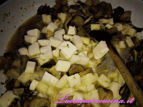 Nel frattempo preparare il sughetto ammollando i porcini in acqua tiepida per una decina di minuti.    Rosolare in padella lo scalogno in un pò d'olio, aggiungere i porcini strizzati più quelli freschi tagliati a cubetti e cuocere per una decina di minuti. Unire il formaggio a dadini.