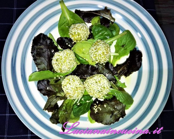 Adagiarle in un piatto, sopra una fresca insalatina.