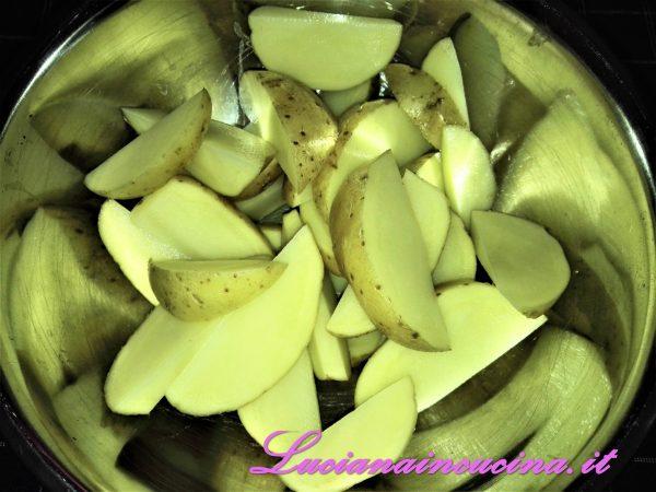 Pulire le patate e tagliarle a spicchi mantenendo la buccia.
