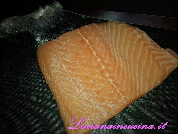 Pulire il filetto di salmone, togliere le lische e la pelle e tagliarlo a dadi di circa 30 gr. ciascuno.