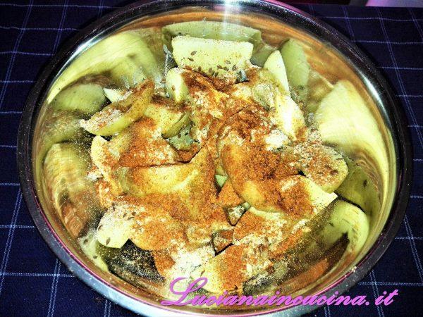 Aggiungere alle patate la polvere di porcini, il cumino, la paprika, il grana, i semi di lino, la cipolla in polvere, il pangrattato, terminando con il burro fuso.  Mescolare bene tutti gli ingredienti.