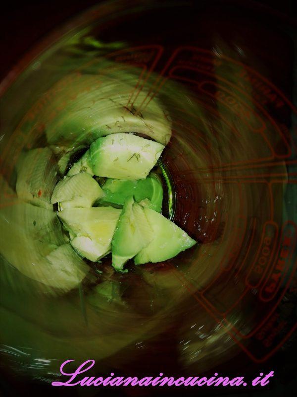 Frullare la polpa di avocado con il limone, l'olio, il sale e il dragoncello ottenendo un'emulsione simile alla maionese.