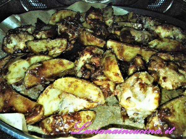 """Amalgamare accuratamente le ali di pollo e le patate con la salsina e rimettere nel crisp cuocendo con la funzione """"crisp"""" del microonde per 2 minuti (oppure in forno a 240°C per 4 minuti)."""