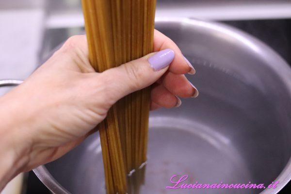 Nel frattempo cuocere gli spaghetti in abbondante acqua salata.