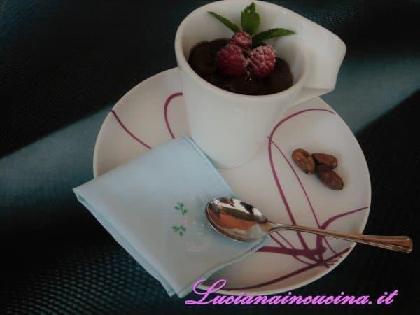 Servire la mousse al cioccolato decorando con alcuni lamponi, una fogliolina di menta e, peccato di gola.... una spolverata di zucchero a velo.