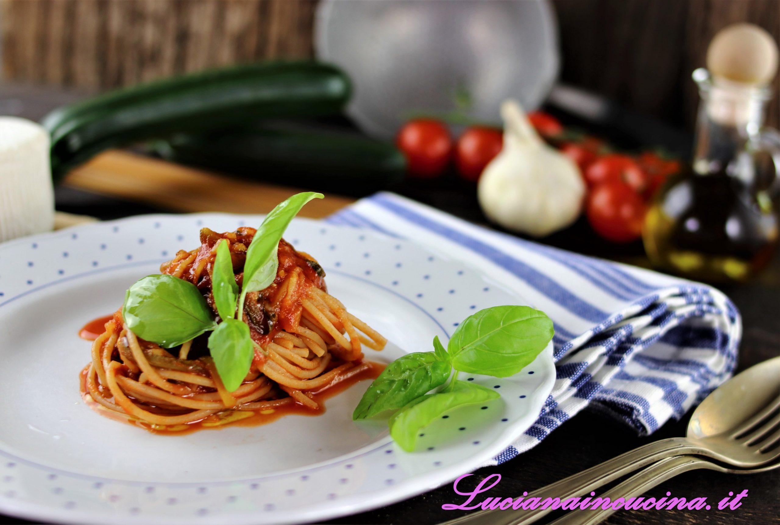 Spaghetti integrali con zucchine e profumo di basilico