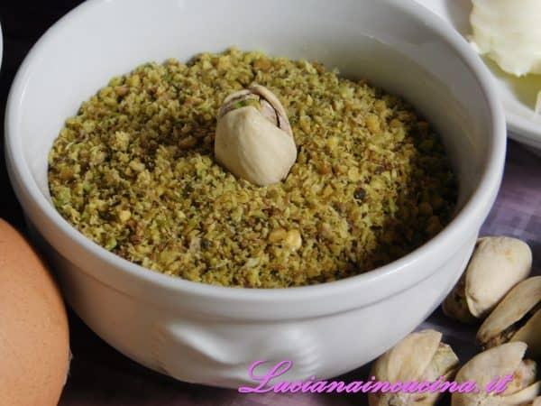 Incorporare la farina bianca e quella di pistacchi formando una palla.