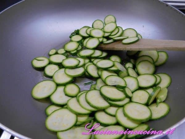 Aggiungere le zucchine tagliate a rondelle sottili.