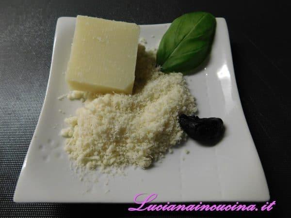 Poi aggiungere il basilico, il sale e l'olio e frullare eventualmente aggiungendo altro olio in base alla cremosità che vogliamo della salsa. n.b.: se usiamo l'aglio nero il colore del pesto risulterà un pò diverso ma il sapore assomiglierà molto all'originale.