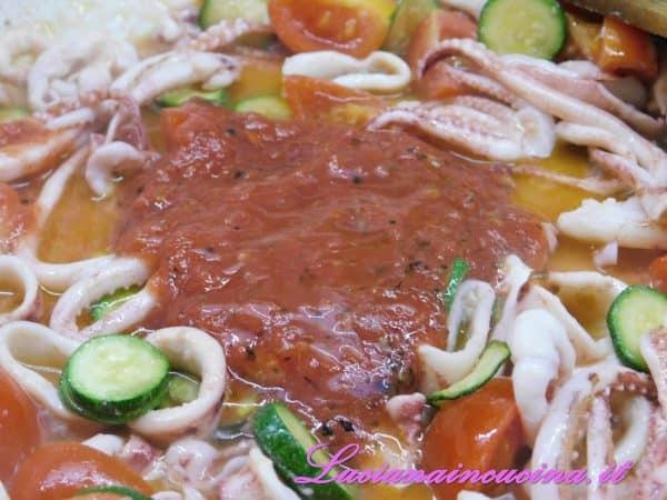 Dopo 3-4 minuti versare la passata di pomodoro condita con origano e un pizzico di sale.