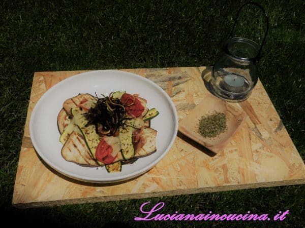 Servire subito appoggiando al centro delle verdure i ritagli fritti che avevamo tenuto da parte.