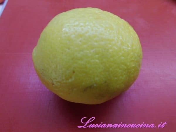 Cuocere la pasta al dente e saltarla in padella con il sugo. Impiattare terminando con una grattugiata di buccia di limone.