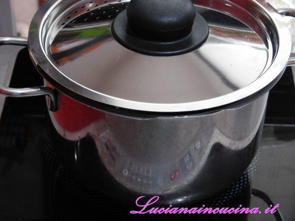 Portare a bollore l'acqua, salarla e gettarvi il riso che, nel mio caso, ha una cottura di 15 minuti.