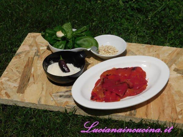 Dopo aver arrostito i peperoni rossi e tolto la pelle ed i semini, metterli in un mixer.