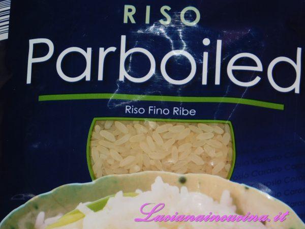 Pesare il riso, io solitamente uso il tipo Parboiled perchè mi garantisce la cottura al dente, ma è comunque possibile usare il riso che preferite.