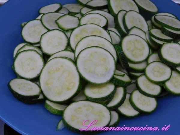 Affettare le zucchine a rondelle.