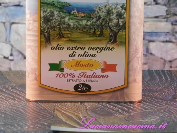 L'olio extravergine di oliva, il sale, lo spicchio d'aglio, il pepe, il peperoncino ed il formaggio grattugiato.