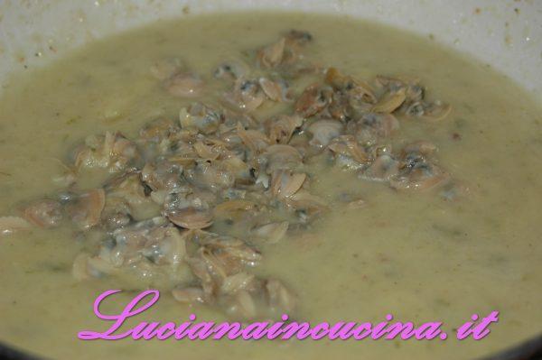 Filtrare l'acqua di cottura delle vongole e versarla nella padella delle patate. Proseguire la cottura per qualche minuto, finchè la patata sarà cotta e frullare ottenendo una crema semiliquida. Aggiustare di sale ed aggiungere un filo d'olio.