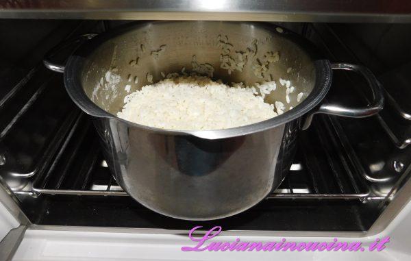 Generalmente, il riso una volta cotto deve essere consumato immediatamente, per evitare l'annidarsi dei batteri, che possono contaminarlo. Per questo è consigliabile l'uso dell'abbattitore e, una volta raffreddato, deve essere conservato ad una temperatura piuttosto fredda (tenete presente che la temperatura non deve essere mai superiore ai 4 gradi, perchè altrimenti i batteri contamineranno il riso).