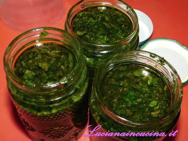 Frullare tutto con molto olio extravergine di oliva. Lavorate molto velocemente così le lame del frullatore non riusciranno ad ossidare il basilico.