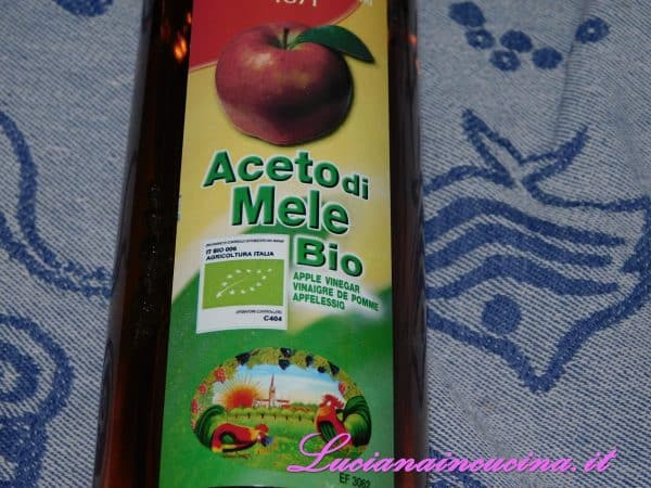 Preparare anche l'aceto di mele.