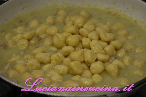 Lessare gli gnocchi in abbondante acqua salata e, quando salgono in superficie, mantecarli nella padella con la salsa e le vongole.