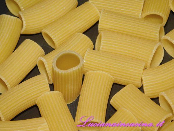 Nel frattempo cuocere la pasta al dente ed allungare la cremina con un paio di cucchiai di acqua di cottura (si consiglia la pasta corta rigata).