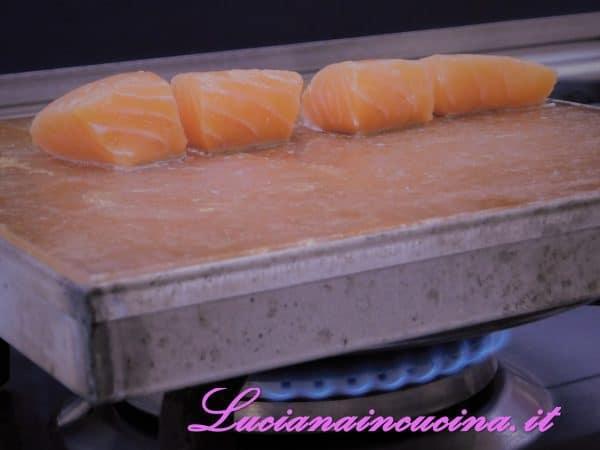 Una volta raggiunto un buon livello di calore, adagiarvi i cubetti di filetto di salmone.